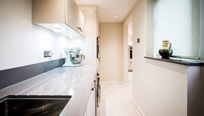 Cashmere gloss handle-less kitchen – Rattlesden