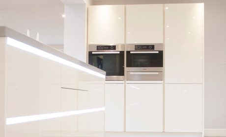 Warm white gloss lacquer kitchen – Wooditton, Cambridgeshire